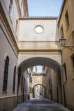 在普拉森西亚,卡塞里斯, S中世纪老镇的恩卡纳西翁街  免版税图库摄影