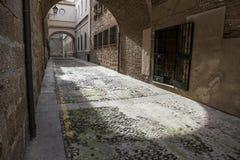 在普拉森西亚,卡塞里斯, S中世纪老镇的恩卡纳西翁街  免版税库存照片