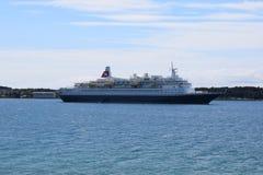 在普拉海湾的一个靠码头的巡洋舰  免版税库存图片