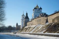 在普斯克夫下克里姆林宫墙壁的2月早晨  免版税库存图片