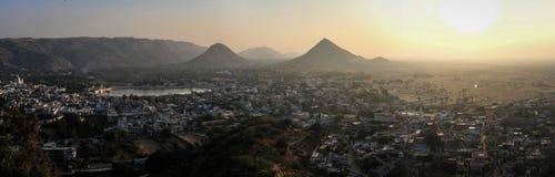 在普斯赫卡尔日落和Aravalli小山的全景从Pap Mochani Gayatri寺庙,普斯赫卡尔,拉贾斯坦,印度 免版税库存照片