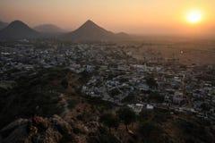 在普斯赫卡尔的看法和从Pap Mochani Gayatri寺庙,拉贾斯坦,印度的Aravalli小山 免版税库存照片