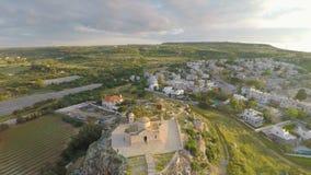 在普罗塔拉斯上的观光旅游在塞浦路斯,岩石小山的古老教会依靠 股票录像