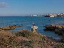 在普罗塔拉斯海滩的渔船,地中海,塞浦路斯 免版税库存图片