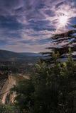 在普罗旺斯和一个老村庄小山的日落  免版税图库摄影
