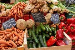 在普罗旺斯市场上的菜 免版税库存照片