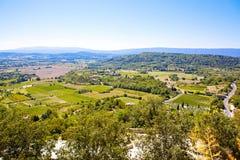 在普罗旺斯村庄屋顶和风景的看法 免版税库存照片