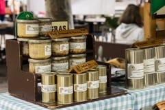 在普罗旺斯街市上显示的有机罐装奶油甜点鹅肝 图库摄影