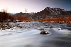 在普罗沃河的冬天日落。 免版税库存照片