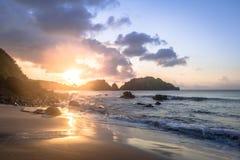 在普腊亚的日落做Cachorro海滩-费尔南多・迪诺罗尼亚群岛, Pernambuco,巴西 免版税图库摄影