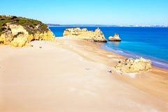 在普腊亚D'Ana的自然岩石在拉各斯葡萄牙 库存照片