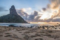 在普腊亚da康塞桑海滩的日落与Morro做在背景的Pico -费尔南多・迪诺罗尼亚群岛, Pernambuco,巴西 免版税库存照片