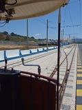在普腊亚das马卡斯,辛特拉,葡萄牙的电车轨道汽车 免版税库存照片