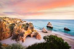 在普腊亚Dos Tres Irmaos,阿尔加威,葡萄牙的日落 免版税图库摄影