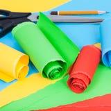 在普通纸板料的滚动的颜色纸  免版税库存照片
