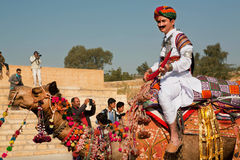 在普遍的沙漠节日的骆驼车手 库存图片