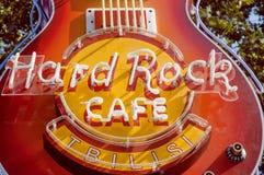 在普遍的酒吧的门面的著名硬石餐厅霓虹灯广告,在1971年建立 图库摄影