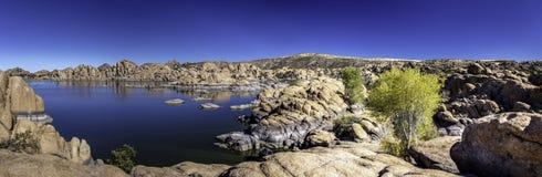在普里斯科特亚利桑那附近的美丽如画的Watson湖 图库摄影