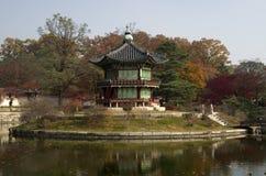 在景福宫宫殿汉城韩国的Hyangwonjeong 库存图片