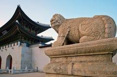 在景福宫宫殿,汉城,韩国入口的动物雕塑  免版税库存图片