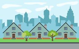 在晴天导航有三个动画片房子和绿色树的城市 免版税图库摄影