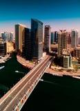 在晴天期间,与水运河,迪拜,阿联酋的惊人的五颜六色的迪拜小游艇船坞地平线 库存图片