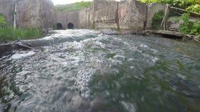 在晴天gopro照相机运动的一点水小河 影视素材