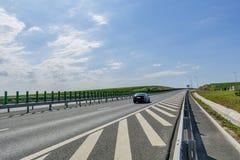 在晴朗的夏日横穿葡萄园的侧视图高速公路 免版税库存照片