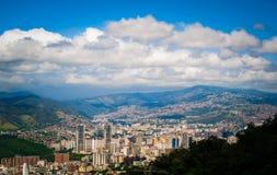 在晴朗的多云夏日期间,在加拉加斯市上看法在从阿维拉山的委内瑞拉 免版税图库摄影