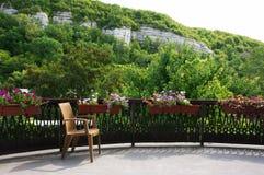 在晴朗的大阳台的木椅子 图库摄影