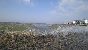 在晴朗的天气的海滨 免版税库存图片