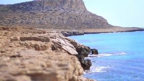 在晴朗的天气的美好的岩石岸线 岩石海岸线横向 影视素材