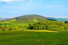 在晴朗的春天风景中间的青山 在利贝雷茨,捷克附近的Javornik山 图库摄影