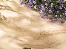在晴朗的木背景的紫色花 免版税库存图片