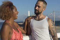 在晴朗的海滩的夫妇在暑假 免版税库存图片
