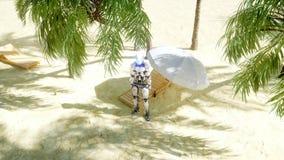 在晴朗的海边的滑稽的机器人跳舞 旅游业和休息概念 3d翻译 库存例证