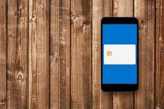 在智能手机屏幕上的信用卡 库存图片