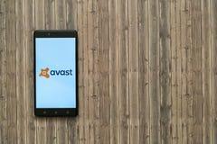 在智能手机屏幕上的商标在木背景 免版税库存图片