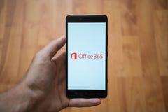 在智能手机屏幕上的微软办公软件365商标 库存照片