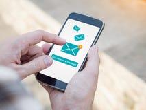 在智能手机屏幕上的电子邮件app 您收到一则消息,新的消息被接受 库存照片