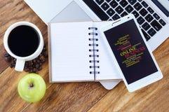 在智能手机屏幕上的网上企业词云彩安排概念 免版税库存图片