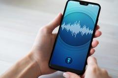 在智能手机屏幕上的语音识别应用 人工智能和深刻的学习的概念 库存图片