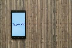 在智能手机屏幕上的雅虎商标在木背景 库存照片