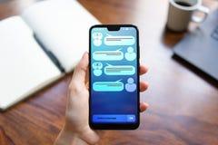 在智能手机屏幕上的顾客和chatbot对话 ai 人工智能和服务自动化技术概念 库存照片