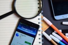 在智能手机屏幕上的Google Earth App 免版税图库摄影
