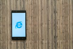 在智能手机屏幕上的Internet Explorer商标在木背景 免版税库存图片
