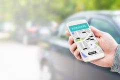 在智能手机屏幕上的Rideshare出租汽车app 库存图片