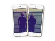 在智能手机屏幕孤立的夫妇照片 库存图片