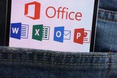 在智能手机显示的微软办公软件商标掩藏在牛仔裤装在口袋里 免版税库存照片