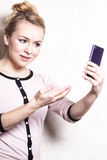 在智能手机的女实业家短信的读书sms 免版税库存图片